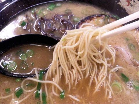麺屋ドラゴン桜揚げシュウマイ定食のらーめんの麺
