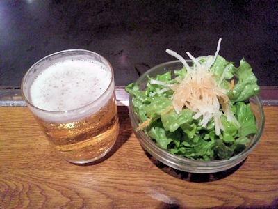 うまいもん横丁高砂店グラスビールとサラダ