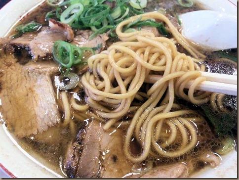 新福菜館/ロックシティ姫路店焼き飯定食の中華そばの麺