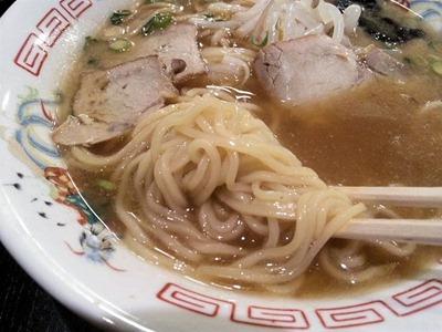 ラーメン飛龍カレー定食のラーメンの麺