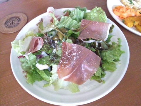 六甲ビールダイナー料理サラダ