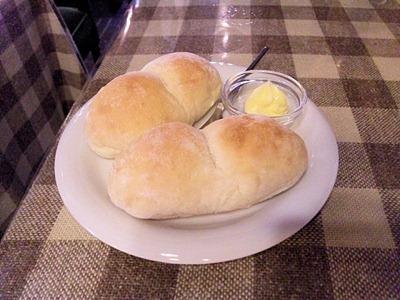 テーケーファーカリカリチキンのアプリコットソースの白パン