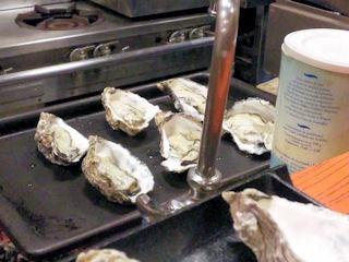 かき幸/焼牡蠣の様子