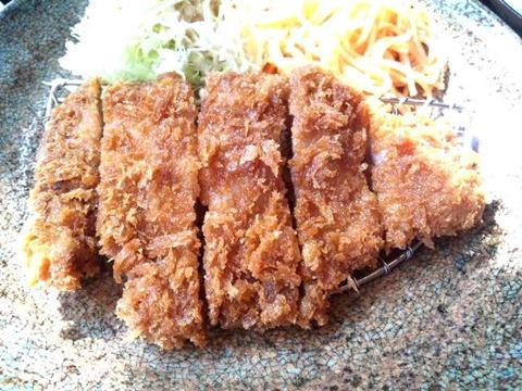 炭火焼肉みきや日替りサービス(トンカツ)定食のトンカツ