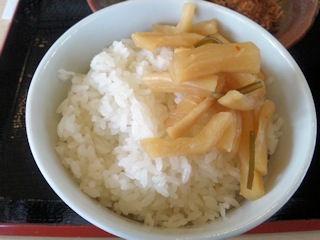 かつや東加古川店とん汁定食のごはんと割干大根漬