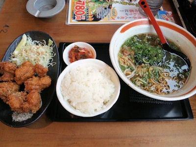 らーめん八角唐揚げ定食(半麺半こて)