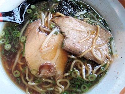 らーめん八角唐揚げ定食のラーメン(半麺半こて)