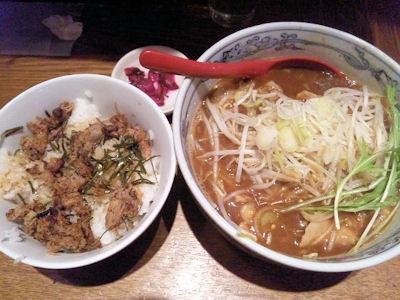 麺や六三六姫路店冬の肉そば黒と豚ほぐし丼