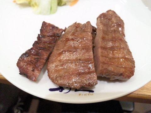 牛たん炭焼利久Wカレーセットの牛たん焼ハーフ