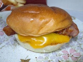 ロッテリアはみだしベーコン絶品チーズバーガー