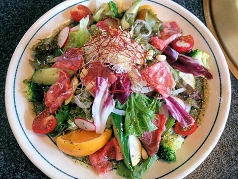 焼肉志方亭バジリコ風味の生肉サラダ