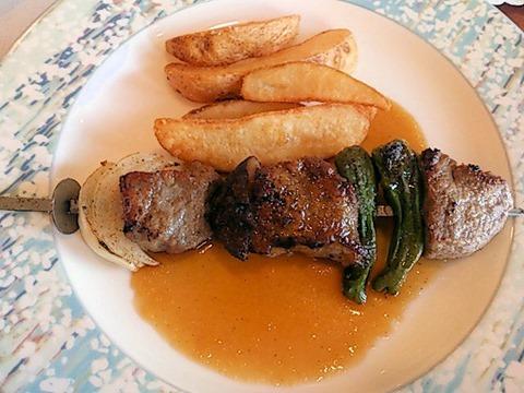 リヴィエール日替りランチの牛ロース肉と野菜の串焼き