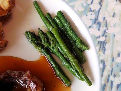 リヴィエール日替りランチの骨付きカルビ肉のソテー