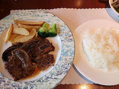 リヴィエール骨付きカルビ肉のソテーガーリックソース