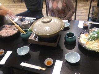 旬彩料理綴りてっちりコーステーブルの上のてっちり