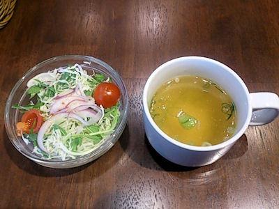 ビストロカフェ テルミニローストビーフプレートのサラダとスープ