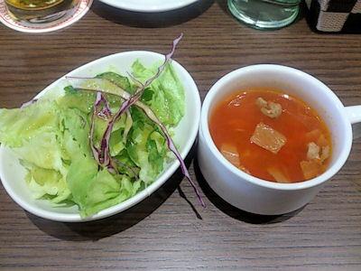 肉食酒場ランチのサラダとスープ
