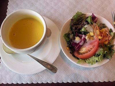 リヴィエールステーキランチのスープとサラダ