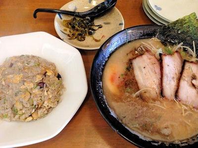 キッチンななや黒醤油豚骨ラーメンと焦しニンニク油の半炒飯セット