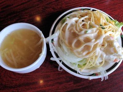 ステーキけん熟成リブロースステーキのスープとサラダ