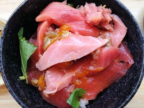 くら寿司特製玉子だれで食べる 熟成まぐろ三種丼