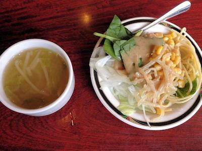 ステーキけんサラダバーのスープとサラダ