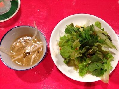 姫路のタイ屋台玲(レイ)カオマンガイsetのスープとサラダ