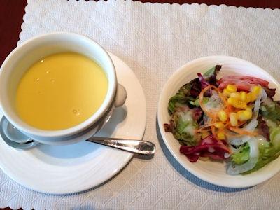 カジュアルダイニングリヴィエールのコーンクリームスープとサラダ