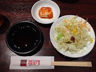 肉の館 羅生門/明石店の焼肉定食のサラダとキムチ
