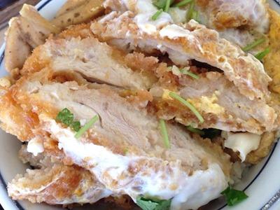 かつや鶏煮込みとチキンカツの合い盛り丼