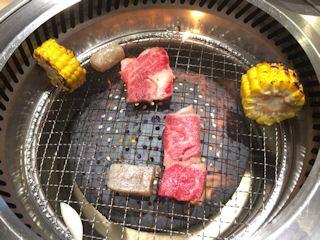 ナカシマ苑まねきや肉を焼いている様子