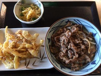 丸亀製麺牛肉ひらたけしぐれ煮ぶっかけと野菜かき揚げ