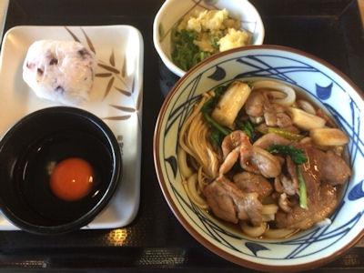 丸亀製麺鴨すきうどんとおにぎり(しば漬け)