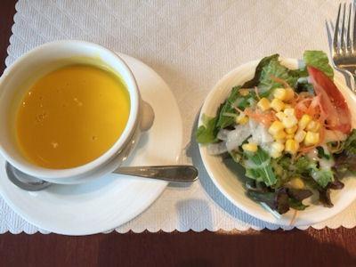 カジュアルダイニングリヴィエールスープとサラダ
